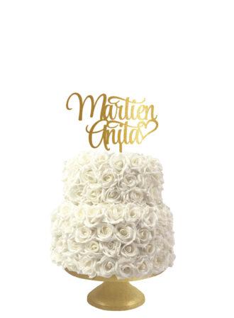 bruidstaart taarttopper met de namen van het bruidspaar